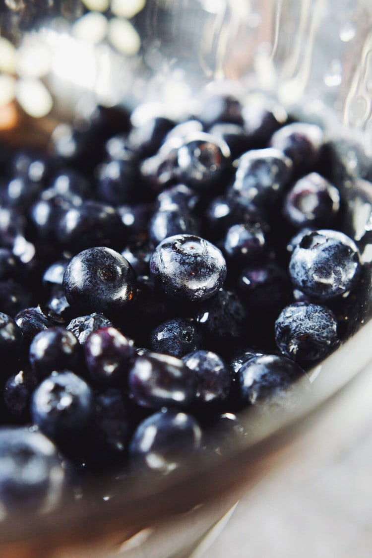 Naturally sweetened, clean eating blueberry crumble! Bursting fruit and refreshing flavors. SO insanely delicious! <3  | asimplepalate.com