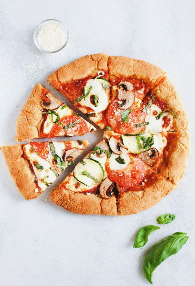 Literally the BEST gluten free pizza. Doughy inside with a crispy crunchy crust and healthy veggie toppings! SO YUMMY.   asimplepalate.com